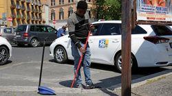 Migrante pulisce la strada a Verona,