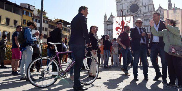 Matteo Renzi sonda la piazza a Firenze: