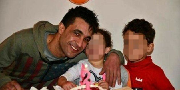 Jamel Methenni, un cittadino tunisino di 33 anni, con i due figli di 2 e 4 anni, in una foto diffusa...
