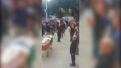 Saluto romano al funerale del docente universitario. Polemiche per il video dei camerati di