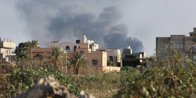 In fiamme l'ambasciata americana (chiusa) a Tripoli. L'appello dell'Unhcr: