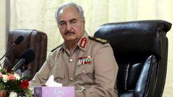 Haftar rientra a Bengasi, saluta sorridente gli alti ufficiali appena sbarcato da un