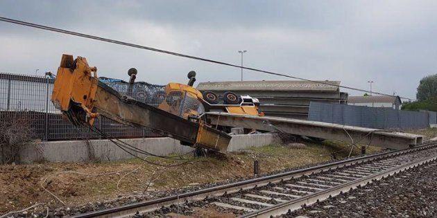 La gru di una ditta privata impegnata in lavori esterni alla ferrovia che ha provocato l'incidente in...