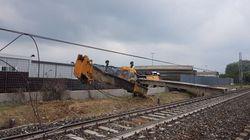 Treno regionale deraglia a causa di una gru privata sui binari nel cuneese: feriti