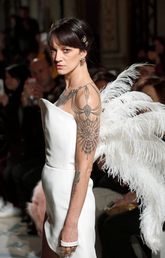 Abito bianco con piume di struzzo: Asia Argento sfila a Parigi nel mito greco di