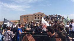 I no global rimuovono il tornello a Piazzale Roma a