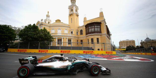 Hamilton vince nella pazza corsa di Baku