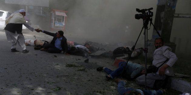 Strage di bambini e giornalisti a Kabul: 25 morti, fra cui 9 reporter. La nuova frontiera dell'Isis è