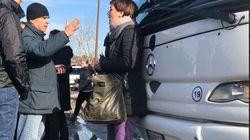 Rossella Muroni (LeU) blocca un bus in partenza dal Cara di Castelnuovo: