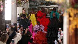 L'incantevole sfilata di Valentino commuove Celine Dion (e anche