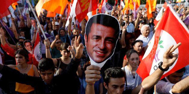 Turchia, condannato per terrorismo Demirtas nel giorno in cui l'ultimo giornale indipendente perde la...