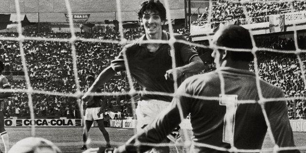 Un gol di Paolo Rossi (s) nella partita Italia-Brasile battendo il portiere Waldir Peres.