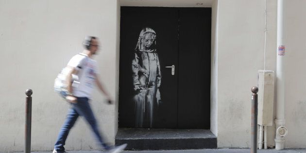 Rubato a Parigi murale di Banksy in memoria delle vittime del