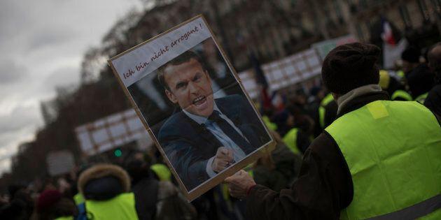 Più potere d'acquisto, più debito pubblico: il regalo avvelenato di Macron ai Gilet