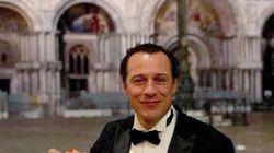 Stefano Accorsi mangia una pizza a piazza San Marco: è polemica. La sua risposta mette tutti a