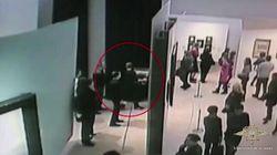 Lo scambiano per un impiegato, lui entra nel museo e ruba un quadro da un milione di