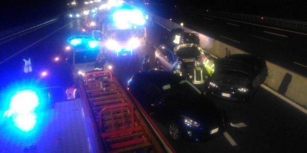 Scende dall'auto per mettere in sicurezza i figli dopo l'incidente: travolta e uccisa madre a