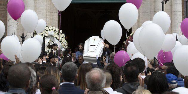 Il feretro di Pamela Mastropietro, la 18enne romana uccisa e fatta a pezzi a fine gennaio a Macerata,...