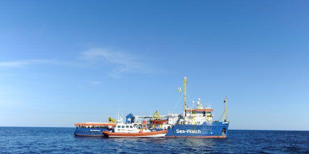 Sea Watch verso lo sbarco: Conte torna da Cipro con la soluzione, Salvini non si fida, poi