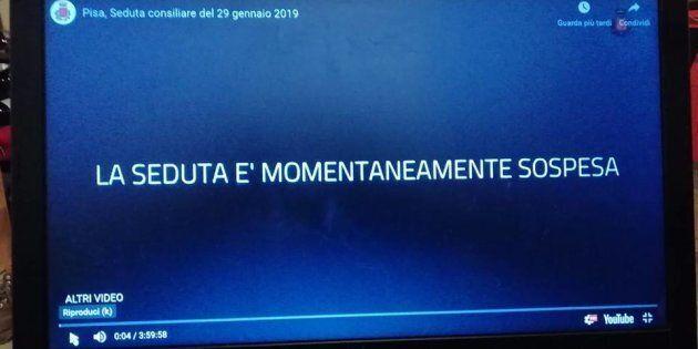 Foto della diretta del Consiglio comunale di Pisa sospeso per il gesto del consigliere