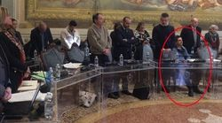 Consigliere della Lega resta seduto durante la commemorazione della Shoah: