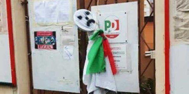 Manichino impiccato davanti a un circolo Pd di Roma
