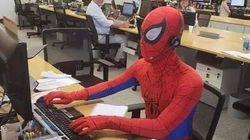Lascia il lavoro e si presenta l'ultimo giorno vestito da Spiderman: il capoufficio