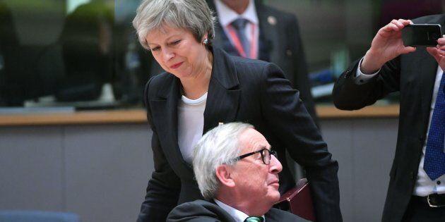 Brexit, Juncker avverte May: