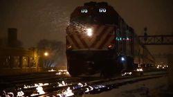 Il ghiaccio rischia di bloccare i treni, a Chicago danno fuoco ai