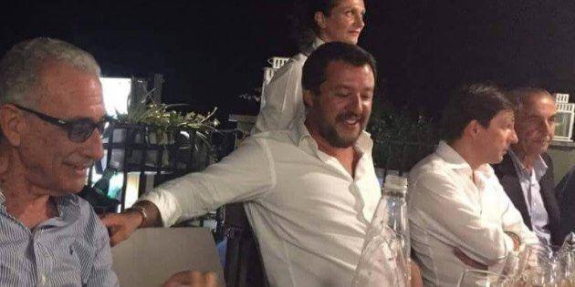 Festa a casa di Salvini con porchetta, canti e balli. E il ministro, in pantaloncini corti e ciabatte,...