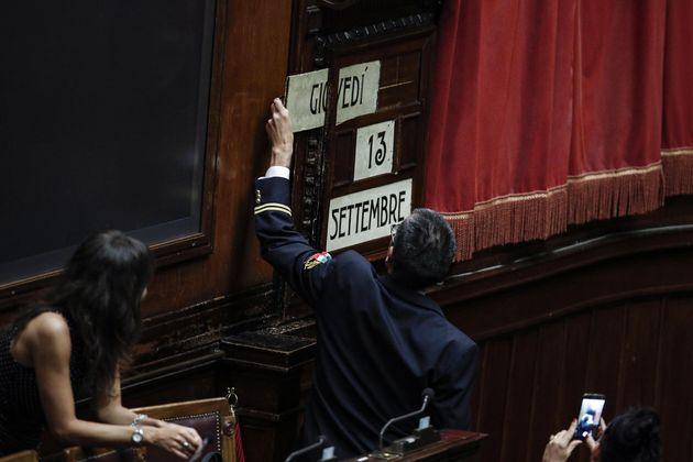 Assistente parlamentare della Camera cambia la data dell'orologio dell'aula durante la seduta fiume sul...