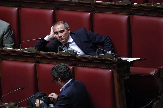 Il deputato del PD Gavino Manca, visibilmente stanco, alla Camera durante la seduta fiume sul decreto...