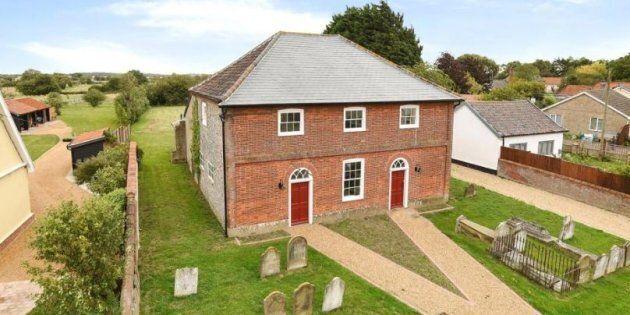 Comprereste una casa con un cimitero nel giardino? L'annuncio in Inghilterra non trova