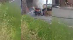 Altro bus in fiamme a Roma: paura per un gruppo di