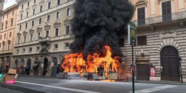 08/04/2018 Roma, un autobus dell'ATAC prende fuoco in via del