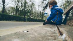 A 8 anni abbandonato solo in strada: