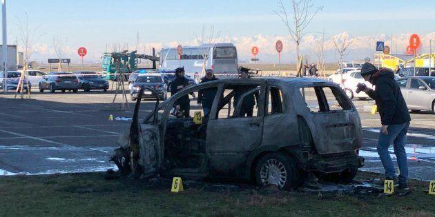 Vercelli, sperona l'auto della ex e le dà fuoco: la donna è