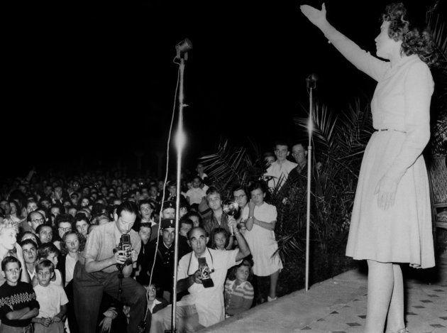 Edith Piaf all'hotel Carlondurante la prima edizione del festival di Cannes, France in 1946. (Photo by...