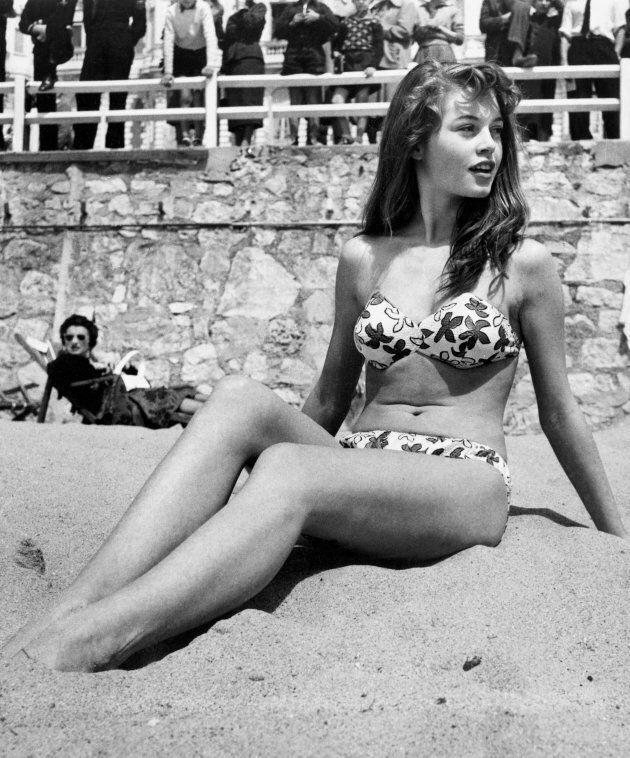 Brigitte Bardot in spiaggia durante il festival di Cannes nel 1953. (Photo by Patrick Morin/RDA/Getty