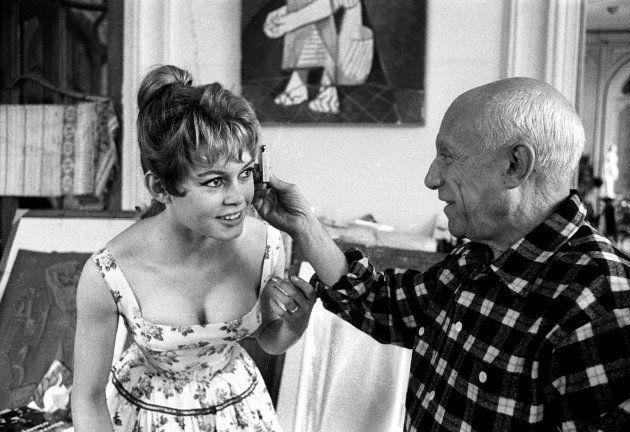 Brigitte Bardot in compagnia di Pablo Picasso (1881 - 1973) nel suo studio a Vallauris, in Costa Azzurra,...