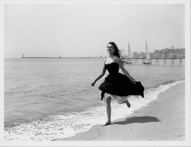 Brigitte Bardot sul lungomare di Cannes, 28 aprile 1956. (Photo by George W. Hales/Fox Photos/Getty