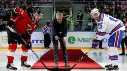 Mourinho dà avvio alla partita di hockey. Ma qualcosa va
