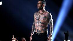 Il cantante dei Maroon 5 si esibisce a petto nudo al Super Bowl e scoppia il