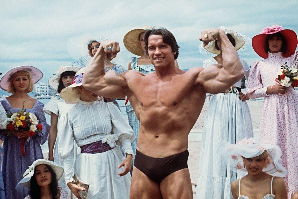 CANNES, 1977. Arnold Schwarzenegger presenta