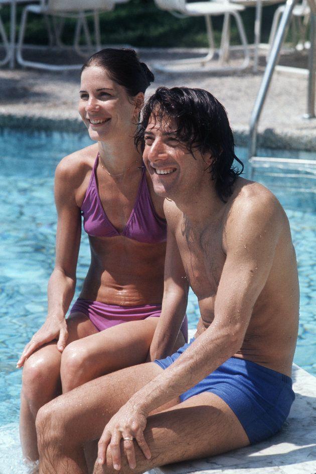 Dustin Hoffman e la moglie Anne Byrne nella piscina del loro hotel il 4 Maggio 1975, during il Cannes...