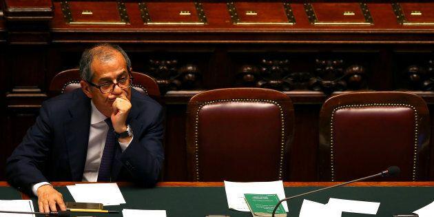Il fortino del Tesoro. L'irritazione di Giovanni Tria per l'attacco di Luigi Di Maio: il ministro non...