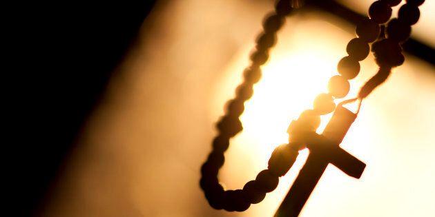 Accusato di stupro, il prete si toglie la vita in chiesa in
