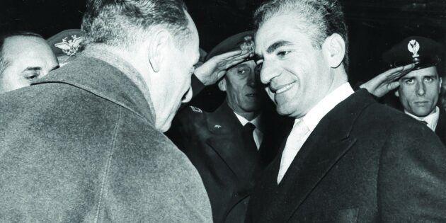 Enrico Mattei stringe la mano allo Scià di Persia Reza