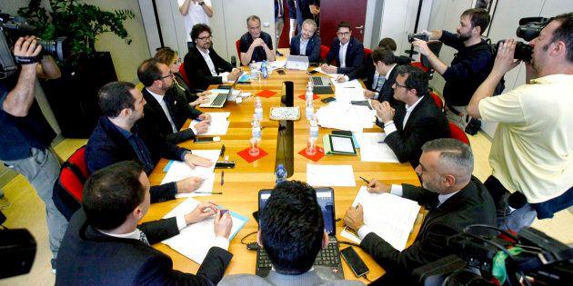 13 negoziatori intorno a un tavolo, una sola donna. Chi sono i delegati di Lega e