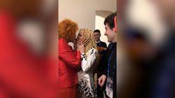Amiche da sempre: Vanoni e Patty Pravo si baciano dietro le